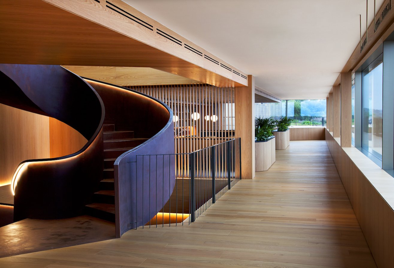 the-lounge-offers-direct-access-to-the-deck-and-terraces-and-the-remarkable-view